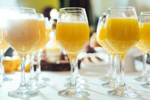 Verres de jus d'orange alignés pour dégustation